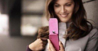 женщины с телефоном