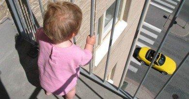 діти на балконі