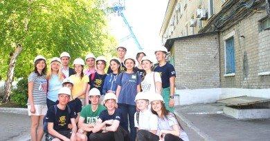 ШУПершотравенское_Группа волонтёров на фоне копра шахты Степная