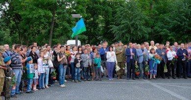 У Дніпрі на Алеї пам'яті відбувся вечір пам'яті загиблих десантників ІЛ-76