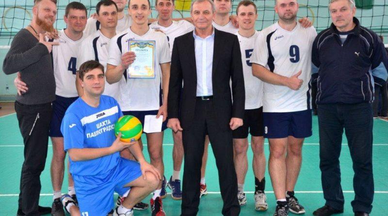 команда волейболистов ШУ Павлоградское с тренерами Наумовым С.Н. (в центре) и Ломановым А.И. (справа) (1)