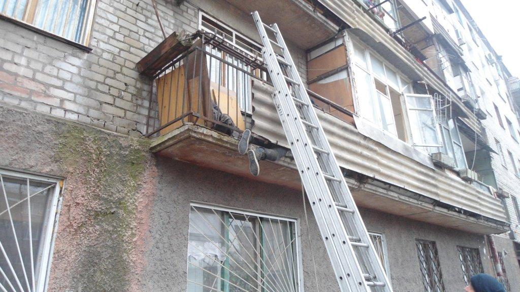 Прикарпатські рятувальники визволили двох людей, що застрягли на балконі