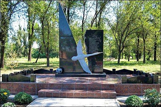 памятник Пахтакору