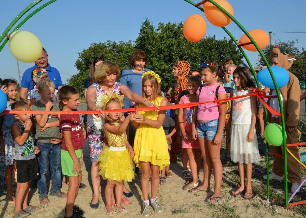 Дети с гостями праздника торжественно открыли площадку