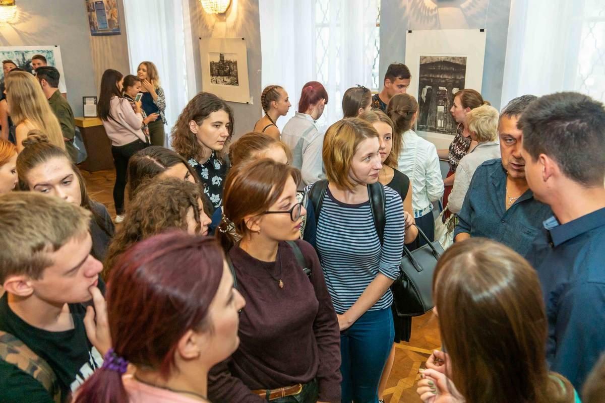 У Дніпрі відкрилася виставка графіки «Матерія уяви»1