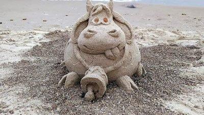 Одесситка создаёт на опустевших пляжах песочные скульптуры (Фото)