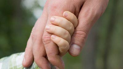 ребенок-взрослый-держатся-за-руки_
