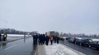 Біля Дніпра перекрили трасу (Фото)