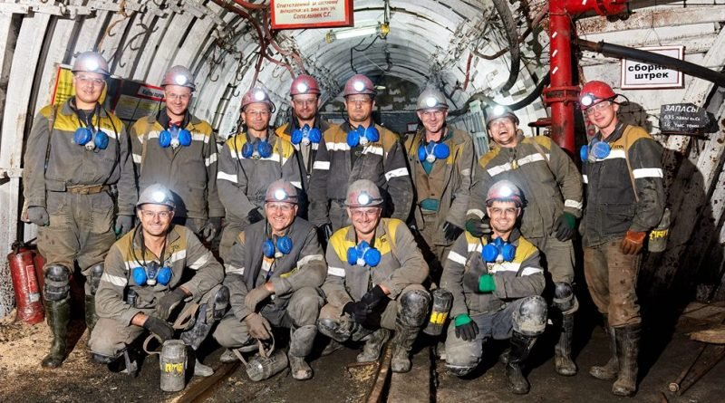 Коллектив участка по добыче угля № 2 в шахте перед сменой