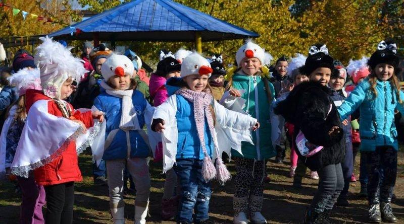 В детском садике Росинка устроили праздник в честь открытия новой площадки