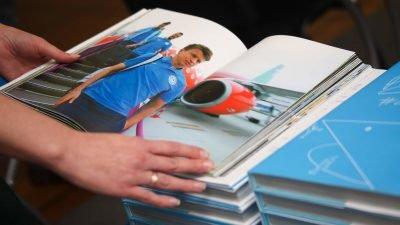У Дніпрі відомий футболіст презентував «спортивну книгу» (Фото)