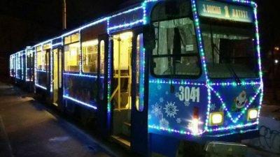 В Днепре появились трамваи с новогодними гирляндами