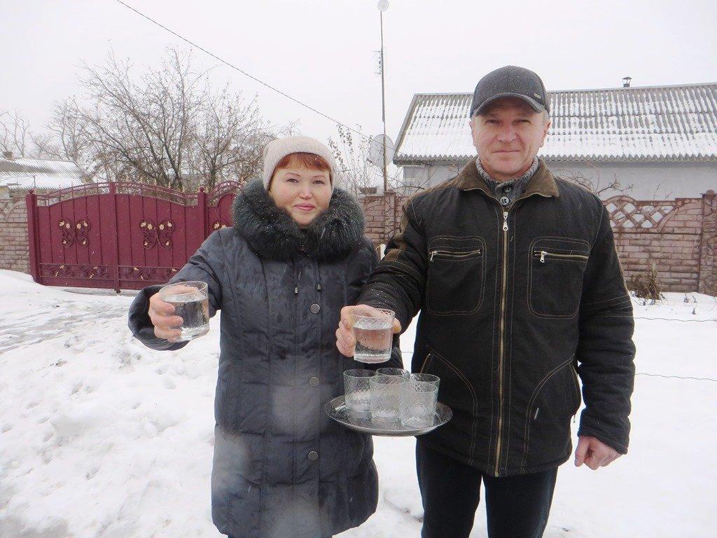 Жители села Марьина Роща с удовольствием угощают свежей водой из нового водовода
