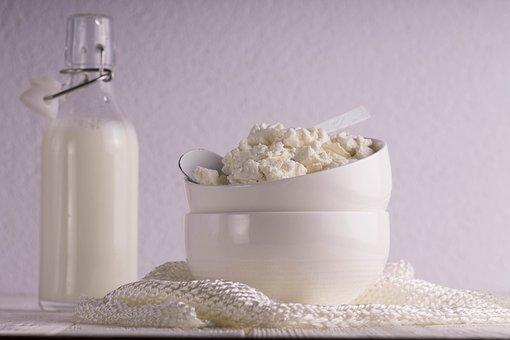 Своими руками: Рецепт домашнего творога из прокисшего молока за час