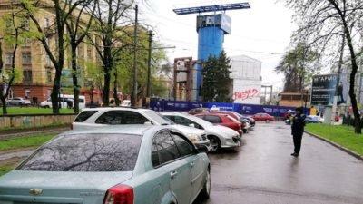 У Дніпрі водії паркуються прямо на алеї (Фото)