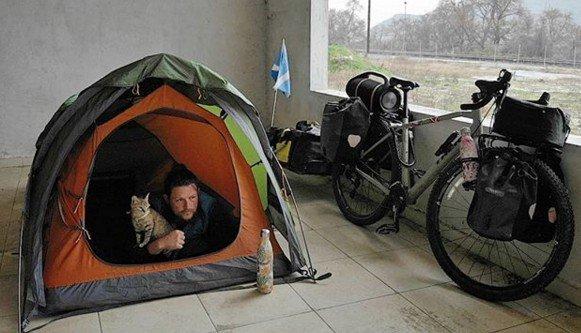 шотландец путешествует с кошкой