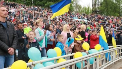 Тысячи украинцев молились на стадионе в Днепре о мире в Украине1