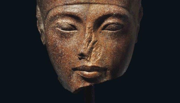 скульптура голови фараона Тутанхамона