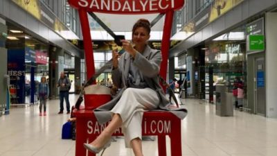 В аэропорту «Киев» появился огромный стул для селфи