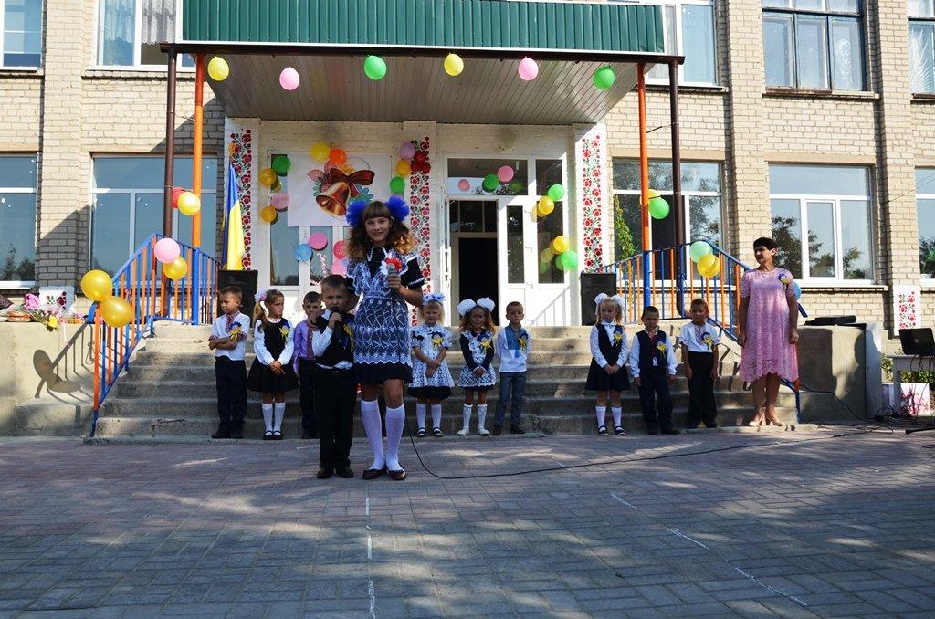 Перша лінійка на шкільному дворі