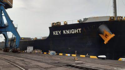 Розвантаження судна з вугіллям в порту Південний на Одещині (1)