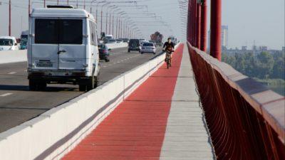 На Центральному мосту Дніпра зробили ширшими пішохідні зони (Фото)