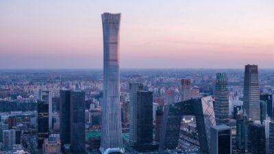 Небоскреб CITIC Tower, возведенный американским дизайнерским бюро Kohn Pedersen Fox, стал четвертым самым высоким небоскребом Китая и восьмым самым высоким небоскребом мира. Высота нового здания 528 метров. В небоскребе, который еще называют Чайна-Цзунь, 109 этажей. Самый высокий небоскреб китайской столицы расположен в центральном районе города. Он очень сильно выделяется на фоне городского пейзажа. Фото: hgesch.de По словам архитекторов, вдохновением для формы башни стал древнекитайский ритуальный сосуд цзунь, первые археологические находки которого датированы бронзовым веком. Широкая у основания башня сужается в середине и снова расширяется на верхних этажах. Экспресс-инфо по стране Фото: hgesch.de Дизайнерское бюро Kohn Pedersen Fox, основанное в 1974 году, является автором множества высотных зданий по всему миру, в том числе четырех зданий, входящих в список 10 самых высоких зданий мира. Фото: hgesch.de Фото: hgesch.de Как сообщал «Вокруг Света. Украина»,