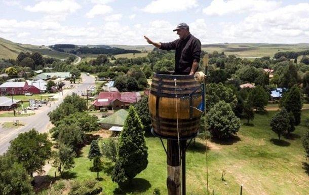 житель ЮАР в бочке