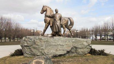 Памятник_Казаку_Рогу_в_городе_Кривой_Рог