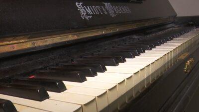 """Віддав клавішний інструмент новоствореному музею історії Дніпра містянин В'ячеслав Бичков. Розповідає, піаніно виготовлене німецькою фірмою """"Шмідт і Вагнер"""". У Катеринославі інструмент продавали у музичному магазині """"Братів Бакк"""". Піаніно налаштоване і досі має гарне звучання. У музеї вже знайшли місце новому експонату, повідомляє suspilne.media. Подарував піаніно музею історії міста дніпрянин В'ячеслав Бичков. Розповідає, що йому інструмент віддала хрещена, їй піаніно дісталося від батьків. А подарувала, бо сам В'ячеслав інколи грає і його донька опановувала інструмент. За припущеннями чоловіка, музичному інструменту від 120 до 130 років. Бо виготовили його на німецькій фірмі """"Шмідт і Вагнер"""", яка завершила своє існування на початку 20 століття. """"Це фортепіано збереглося у гарному стані. Тут є надписи, як мені пояснили, зазвичай ставили фахівці, які налаштовували піаніно. А також металева табличка, яка безпосередньо підтверджує, що цей музичний інструмент придбаний через магазин """"Братів Бакк"""" у місті Катеринослав"""", - розповідає власник. У цінності цього музичного інструмента для міста упевнились, коли знайшли майстра, який зміг його налаштувати. """"Воно було не налаштованим, мені довелося шукати майстра. Незвичайне потрібно налаштування. Звернувшись до своєї вчительки ще з музичної школи, знайшов налаштувальника, який обслуговував фактично усі міські музичні школи. Той розповів історію, що є нащадком """"Братів"""" і, на жаль, у нього не залишається учнів, які б могли перейняти це мистецтво"""", – говорить дніпрянин В'ячеслав Бичков. Ідея віддати піаніно музею прийшла несподівано, згадує В'ячеслав. Спитав думки хрещеної, та підтримала, І одразу надіслав пропозицію з фото клавішного до музею. Говорить, віддавати інструмент, який 10 років стояв вдома, було не важко. """"Найбільша цінність – це дати цьому інструменту ще одне життя. Щоб наші діти, які живуть у цьому місті могли подивитися, торкнутися і взагалі якось зануритись в історію нашого міста"""", – говорить дніпрянин В'ячеслав """