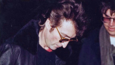 На аукционе продадут пластинку, которую Леннон подписал своему убийце (фото)