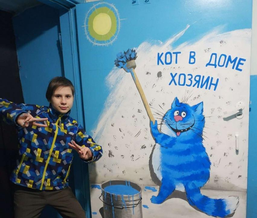 кот на дверях подъезда_Днепр