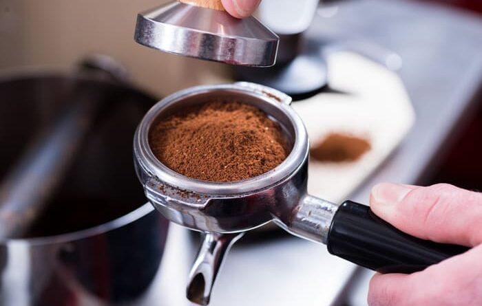Многие люди не могут взбодриться без запаха кофе. Вот только приготовление бодрящего напитка в турке требует большого количества времени, покупка готового напитка запрашивает денег и наличие кофейни рядом с домом. Но прогресс не стоит на месте и есть чудо-техника, помогающая получить бодрящий эликсир за несколько минут. Если вы до сих пор вручную готовили заветный продукт или вовсе отказывались от него, то эта статья именно для вас. Кофемашина – новое слово в самостоятельном и быстром приготовлении кофе дома. Кроме того, за этими устройствами требуется минимальный уход. Далее в статье от компании jura.com.ua будут рассмотрены самые популярные типы и виды кофемашин, чтобы вы могли выбрать прибор, подходящий именно вам. Виды кофемашин • Встраиваемые. Такие устройства устанавливают непосредственно в мебель, что экономит пространство в кухне. • Отдельно стоящие. Такие устройства помещают в любое удобное место и, при необходимости, их легко переставляют или убирают. Типы кофемашин Также, среди всех кофемашин можно выделить 5 типов, ниже они приведены. 1. Автоматическая кофемашина. Остается самой современной и популярной моделью. С ее помощью не составит труда приготовить ароматный эспрессо. В таком устройстве предусмотрен механизм, помогающий приготовить капучино. Этот прибор полностью автоматизирован, поэтому он прост в эксплуатации. Выбрав характеристики желаемого кофе и нажав на дисплее несколько кнопок, можно приготовить кофе с различной крепостью и разного объема. 2. Эспрессо-комбайн. В большинстве случаев такой прибор оборудован функцией измельчения зерен, поэтому с помощью такой модели устройства можно приготовить утренний напиток, используя измельченные либо цельные зерна. Однако выбирая такую машину, рекомендуется обращать внимание на наличие жернова, он должен быть сделан из керамики. Он отвечает за то насколько будет ароматным будущий кофе. 3. Порционная кофемашина. Такой вариант машины будет заваривать напиток при помощи загруженного чалдара (спрессованного и