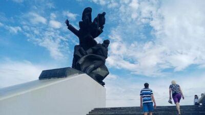 На Дніпропетровщині вандали розмалювали знаний меморіал (фото)