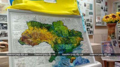 На Днепропетровщине презентовали уникальную вышитую карту Украины (фото)