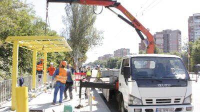 У Дніпрі встановлюють нові зупинкові комплекси (фото)